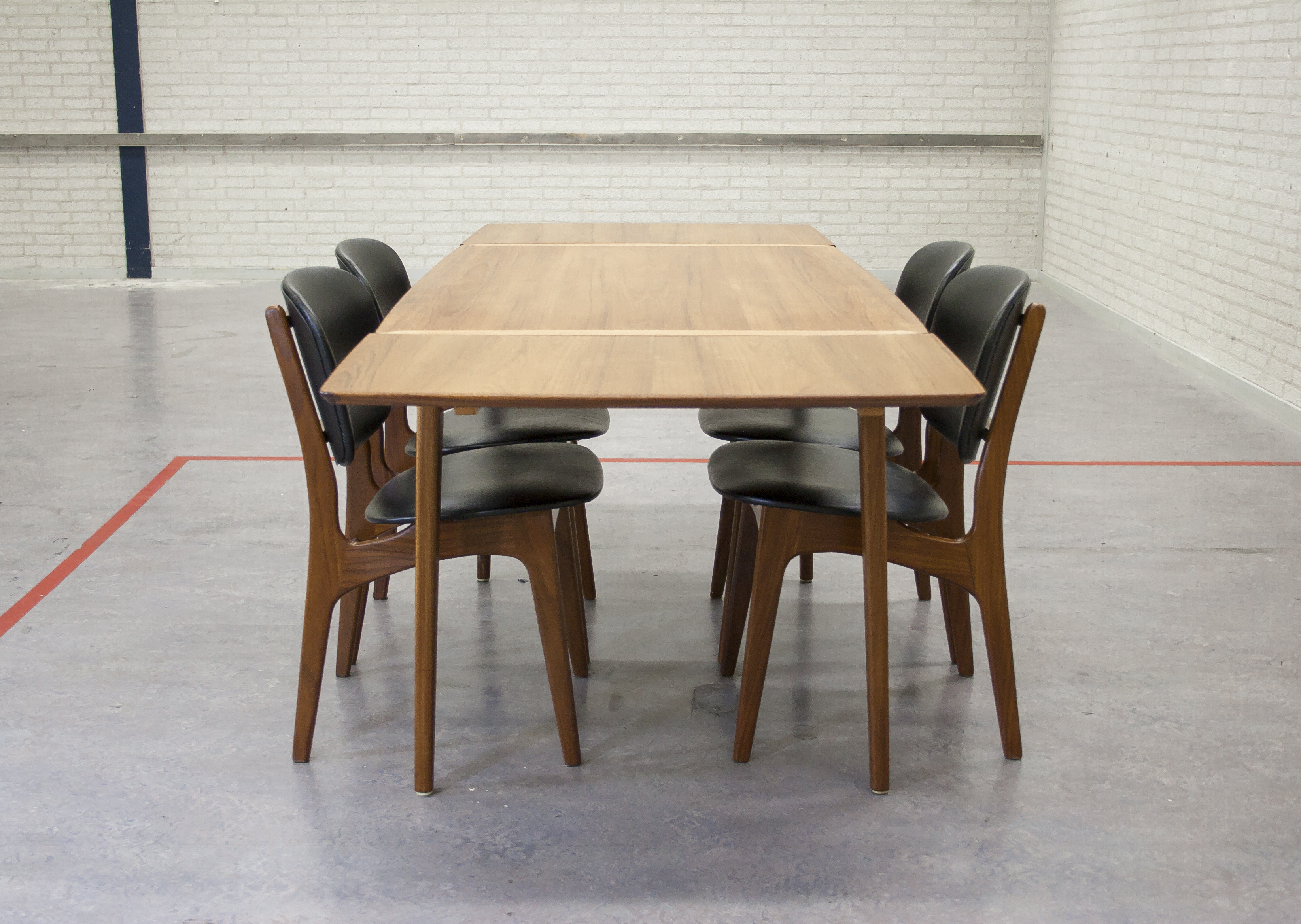 TEAK EETTAFEL MET VIER VINTAGE STOELEN   Shapes and Sizes