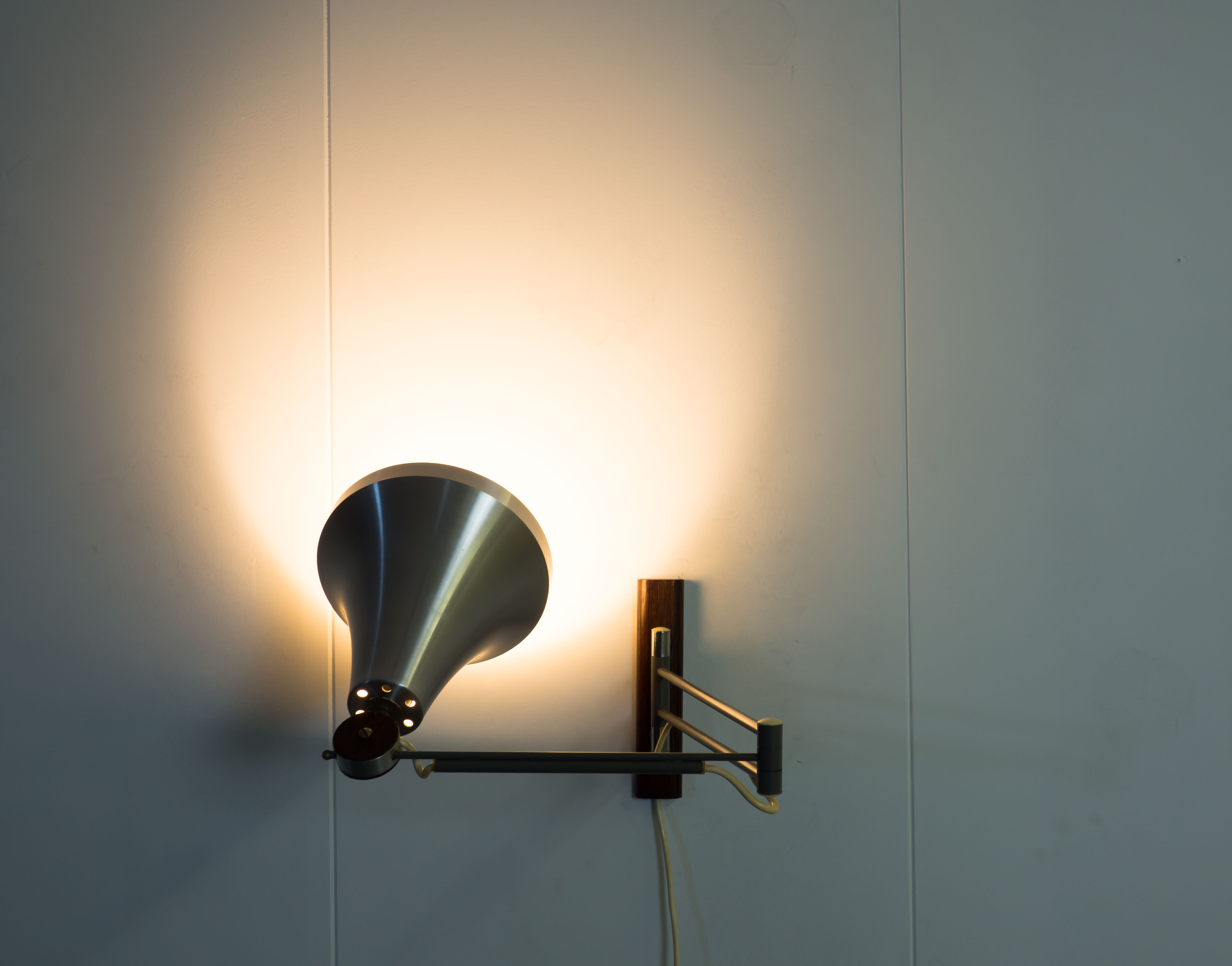 ADJUSTABLE WALL LIGHT – PHILIPS
