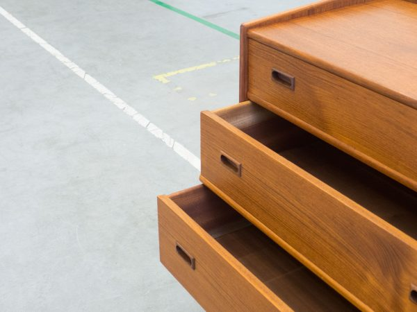 VINTAGE TEAK AND OAK CHEST OF DRAWERS